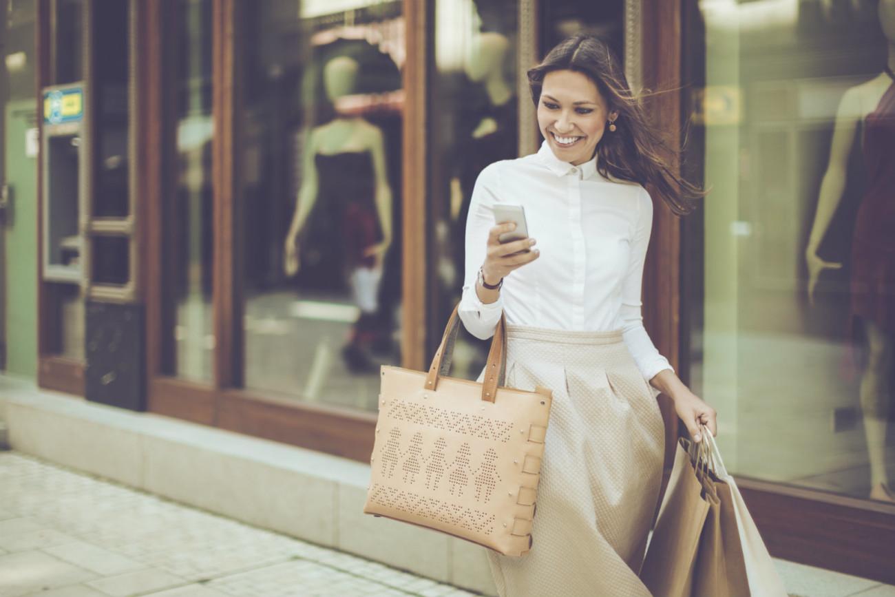 femme qui magasine sur cellulaire et en magasin