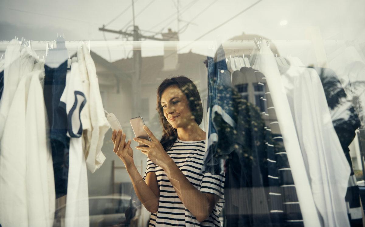 femme sur téléphone faisant du shopping