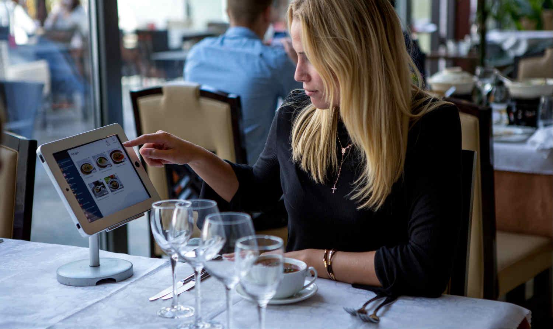 Woman commande iPad